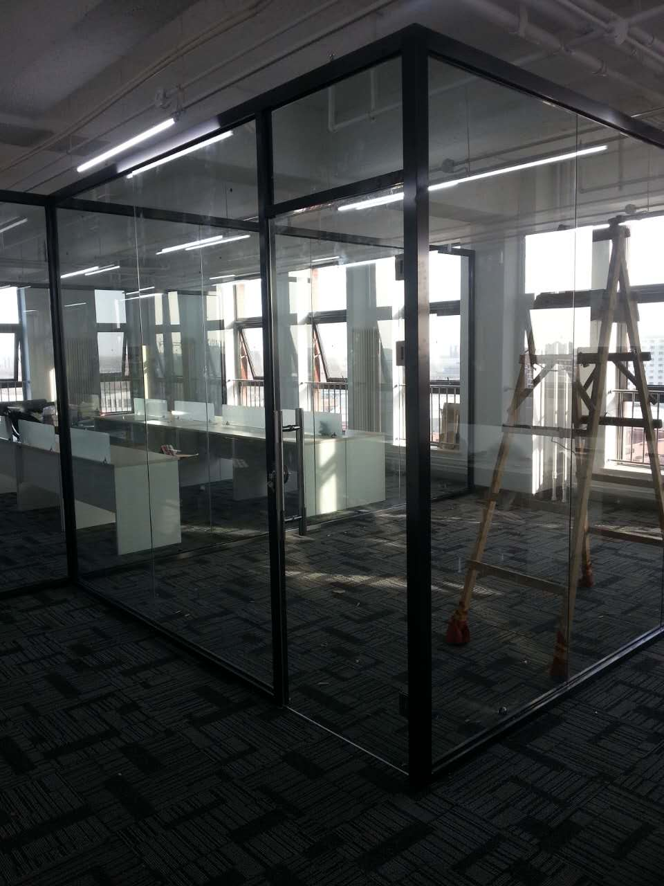天津开发区厂区办公楼双层玻璃夹百叶隔断实例效果图