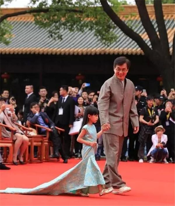 国际巨星成龙大哥——被超级少儿模特小葵牵走。