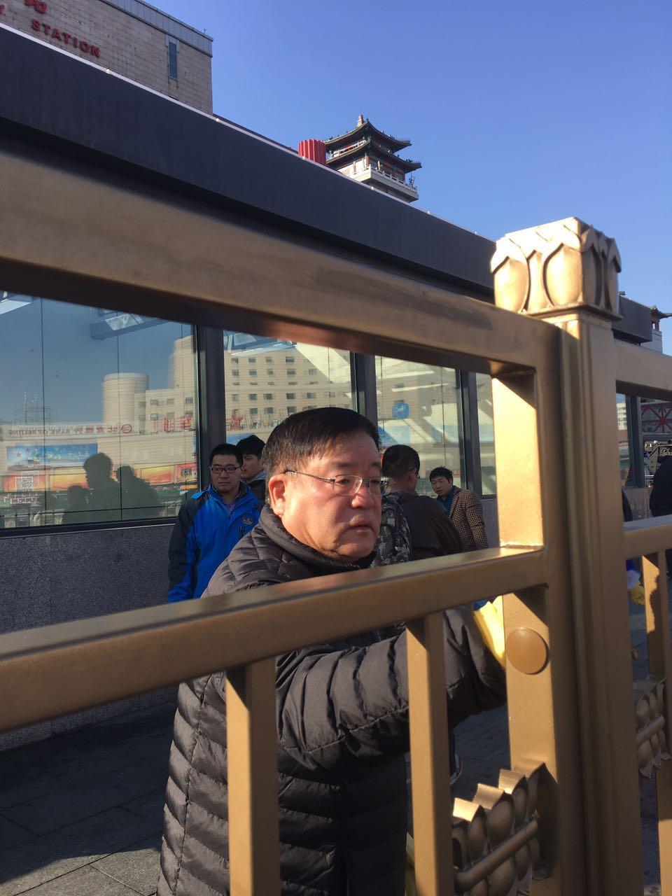 北京西站领导带队擦拭广场护栏