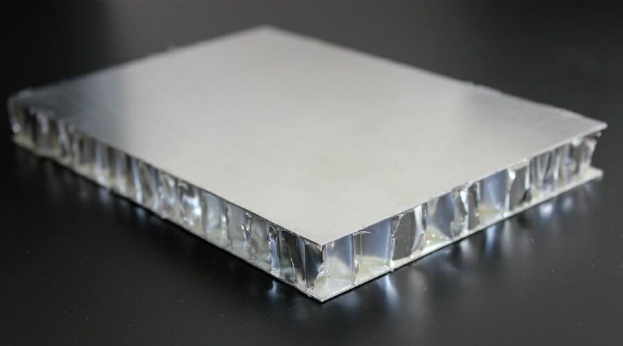 【奇颉-专业生产铝蜂窝板厂家】拥有一条恒温铝蜂窝板复合生产线车间,采用真空抽压技术,确保蜂窝板表面的平整度。在恒温下,复合周期为7-8小时,确保了符合的牢固性。质量首选,值得信赖!