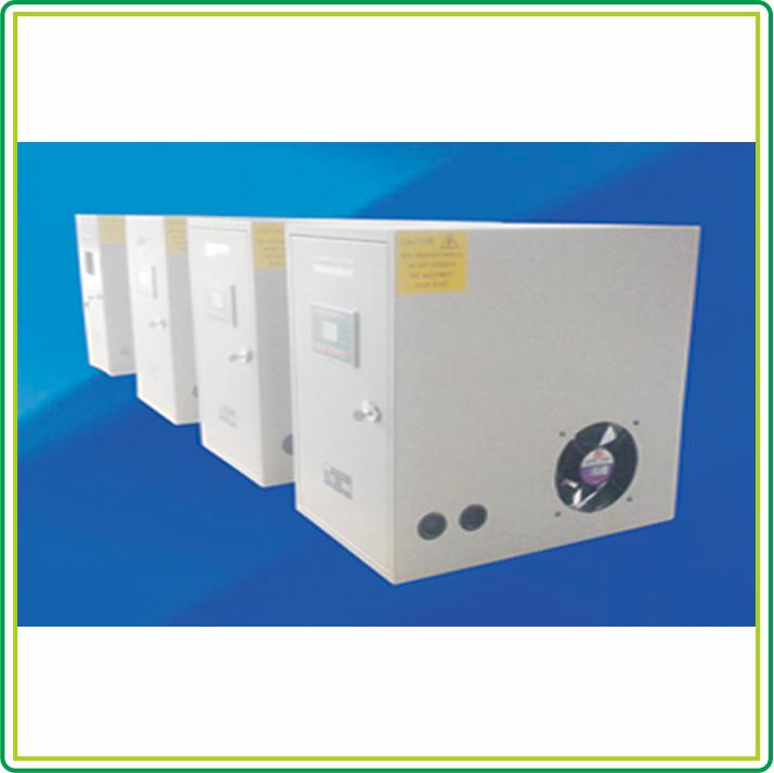 产品背景 医用IT系统(俗称医用隔离电源系统),又叫中性点不接地配电系统。在IT系统中,系统中性点对地完全隔离,系统负载中的外壳经接地保护线接地。如果出现单相接地故障,对地漏电流只能经过系统泄露电容对系统相线构成回路,而系统泄露电容引起的容抗总是远远大于TN系统中的接地电阻,因此IT系统中的漏电流非常的小,断路器不会因接地电流的存在而引起过电流动作,从而保证系统带故障运行。 绝缘监测仪,在IT系统中用来实时的监测和测量供电系统对地绝缘的绝缘状况和绝缘电阻阻值,当系统发生第一次单相接地等故障而导致绝缘电阻阻