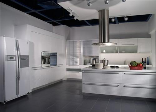 还能改变居室的视觉刺激,比方说素雅明亮的色彩会使狭小的厨房显得