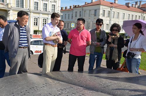 羅季奧諾夫博士(左二)給作家們讀普希金的詩