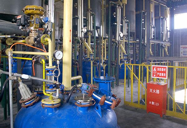昌达化工引进国外先进生产工艺和技术设备,建设起了国内领先的专业化、高效化、规模化、持续化的甲醇钠、乙醇钠、辛醇钠生产厂家,图为甲醇钠制备,实景摄影.