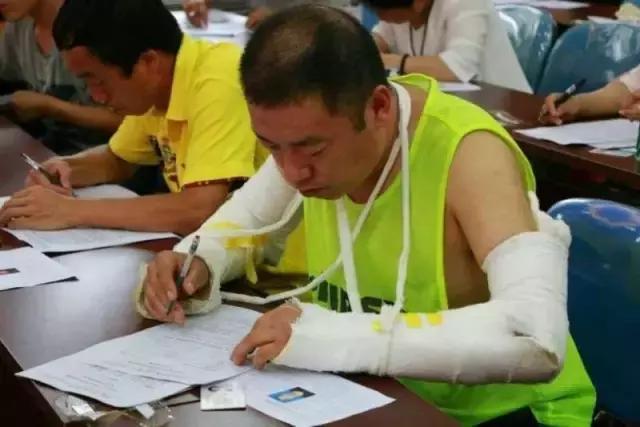 哈尔滨市道里区基层卫生工作者带伤参加岗位练兵笔试(图)