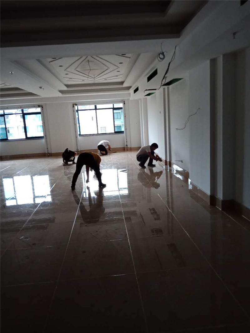 鸿越大酒店4000平米瓷砖美缝进行中