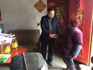 县政协副主席王友俊慰问困难群众