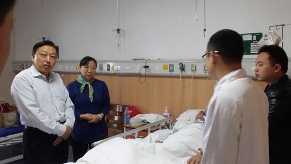 县政协副主席王友俊看望慰问重症患者