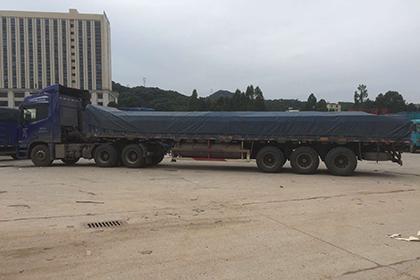行驶中的13米平板货车图