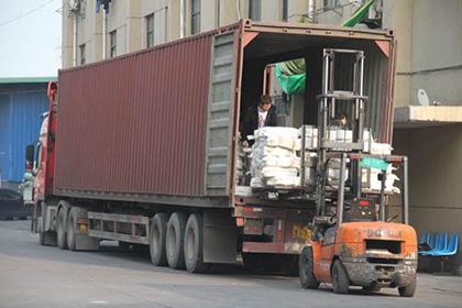 正在装货的13米厢式货车图