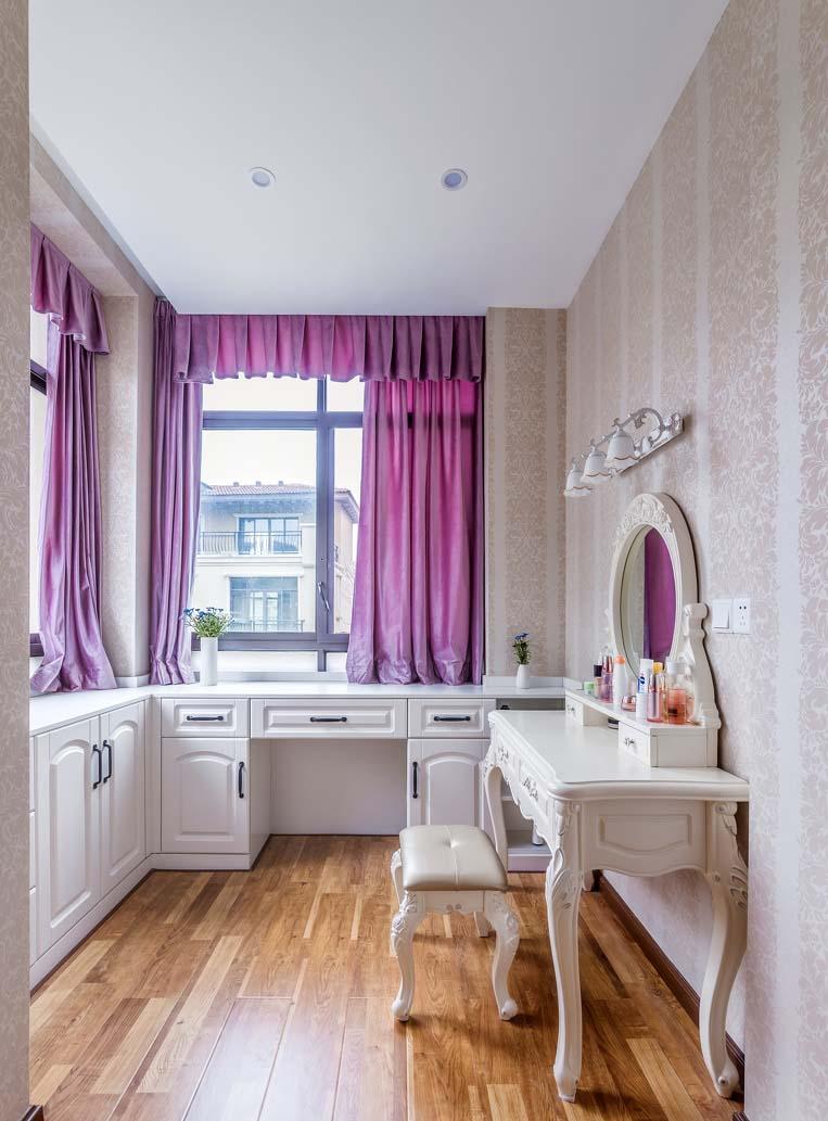 另外家具的选购也偏向于欧式白色家具,和粉色的布艺装饰相映衬,整体