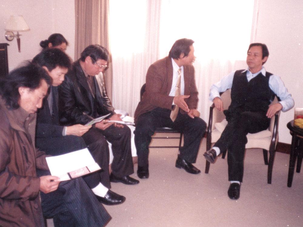 和原中国硬笔书法家协会主席庞中华一起研讨硬笔书法