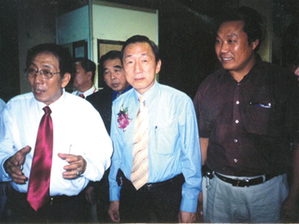 接受新加坡国会议员王家园(博士)的接见