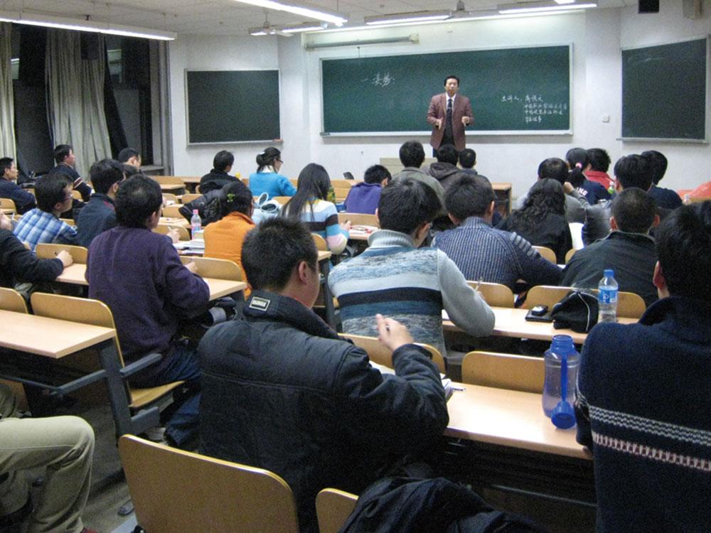 商顺文老师在北京大学讲授钢笔字速成的方法