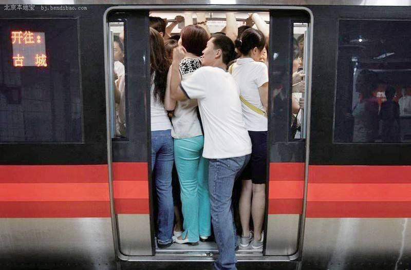 上班挤地铁