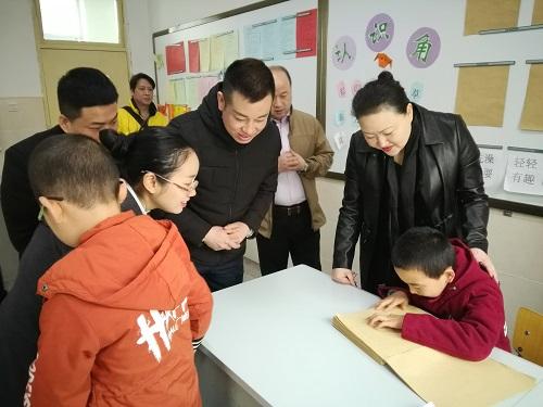 西安桃源假日酒店干部職工到西安市盲啞學校看望殘疾學生
