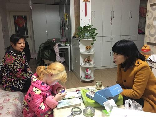 视障资源中心教师开展送交上门服务