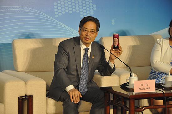 集团董事长张伟在中联部宣介会上向外宾讲述江苏人才创新发展事例