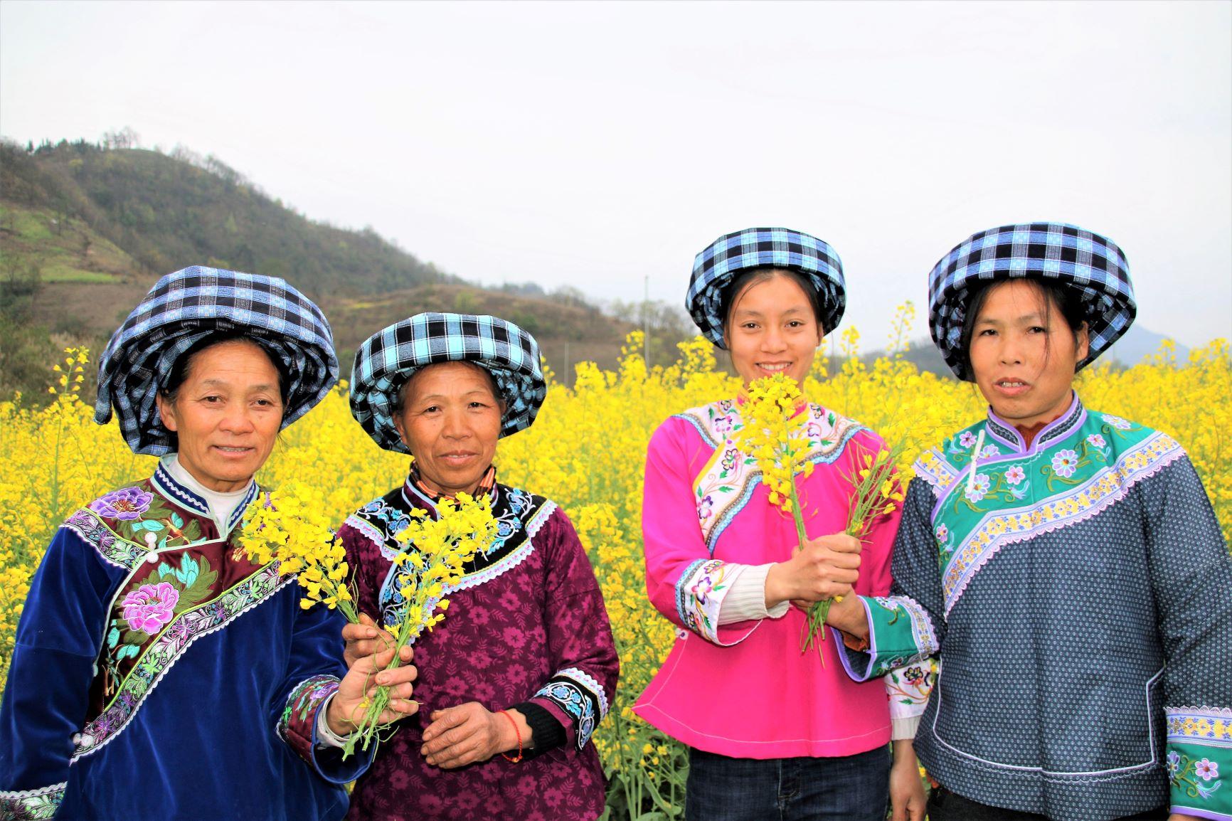 雷涛-06布依族员工畅游油菜田