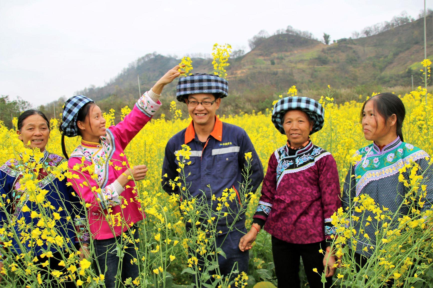 雷涛-09布依族员工畅游油菜田
