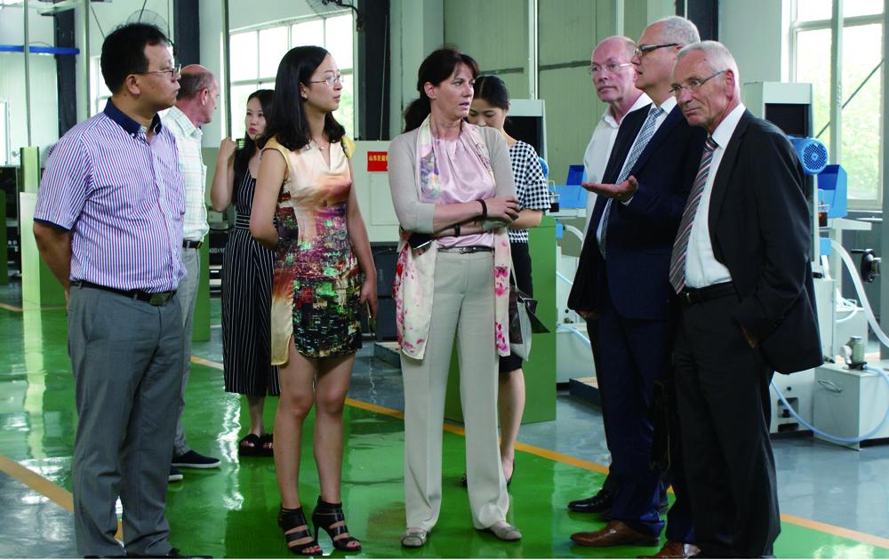 德国工商大会上海代表处白丽塔女士与德国教育专家参观中德现代工业智能制造技术公共实训基地