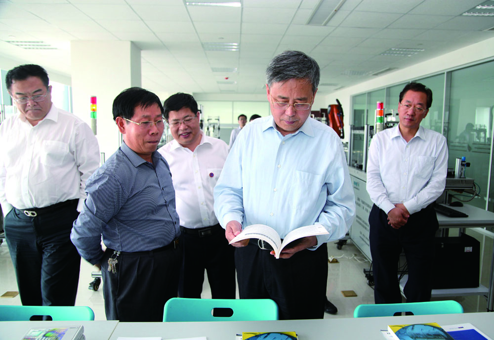 郭树清省长在徐景颜市长、刘荣喜主任陪同下参观公共服务平台
