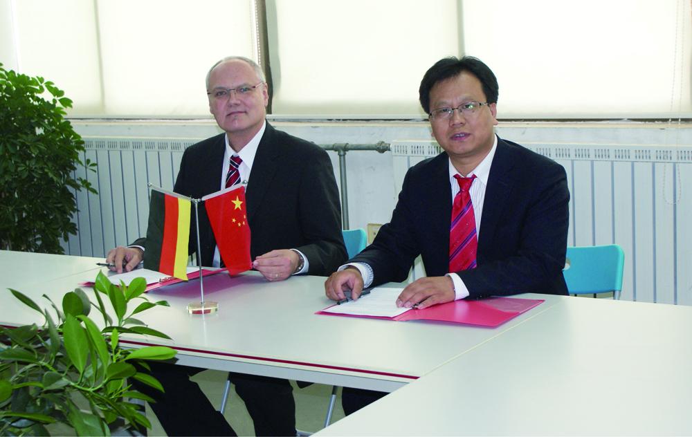 莱茵科技总经理崔智与德国科斯特总经理艾瑞克签署战略合作协议