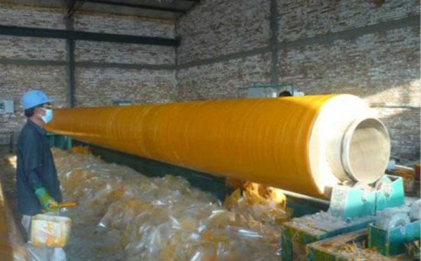 聚氨酯直埋保温管发泡反应施工现场