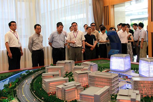 上海市副市长杨雄一行30人莅临基地考察