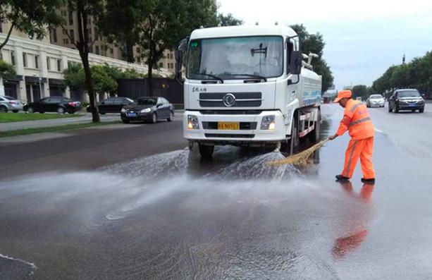暴雨侵袭!城市必威 体育专项清洁保障工作
