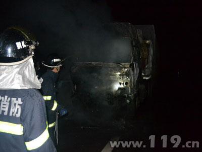 大掛車高速路失火 公安縣消防緊急撲救排險