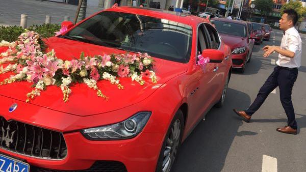 红色玛莎拉蒂吉博力+5台红色奔驰C级