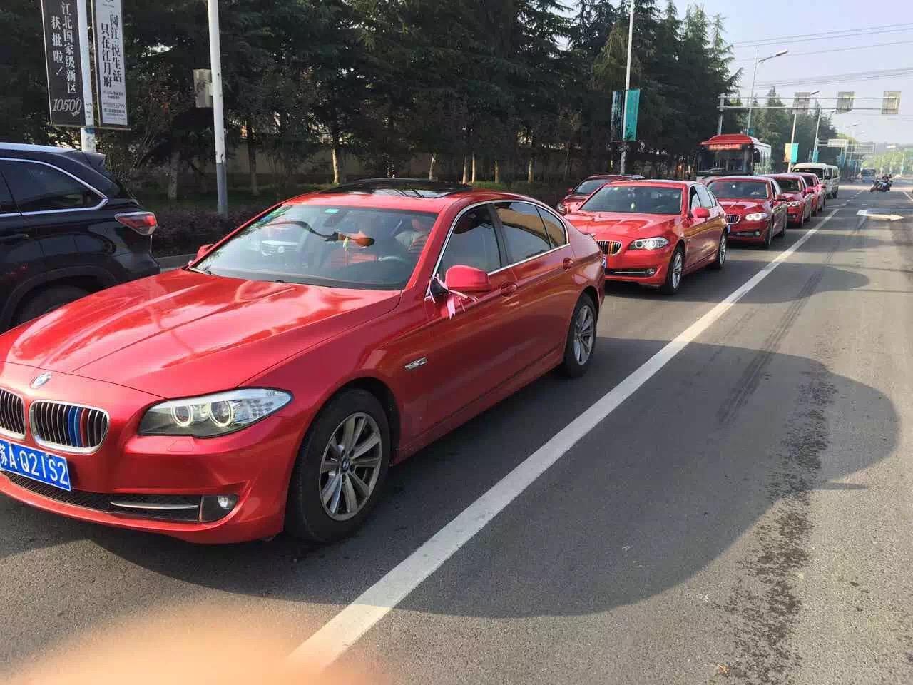 黑色奔驰E级+5台红色宝马五系